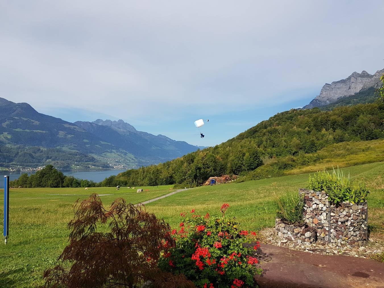 Der Landeplatz oberhalb von Walenstadt. Die Wiese gehört einer Familie, die zwei Franken pro Landung von den Piloten verlangt. (Bild: FM1Today/Lara Abderhalden)