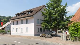 Der Antennenstandort im Dorf erntet Kritik. Im Bild: das Riniker Gemeindehaus. (Archiv)
