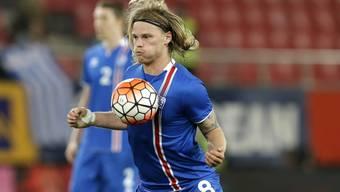Basels Birkir Bjarnason - hier bei einem Testspiel gegen Griechenland - gehört wenig überraschend zu Islands 23-Mann-Kader für die EM