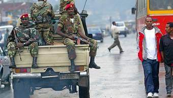 Armee-Patrouille in den Strassen von Addis Abeba: Bei Protesten in Äthiopien sollen rund hundert Menschen getötet worden sein. (Archivbild)