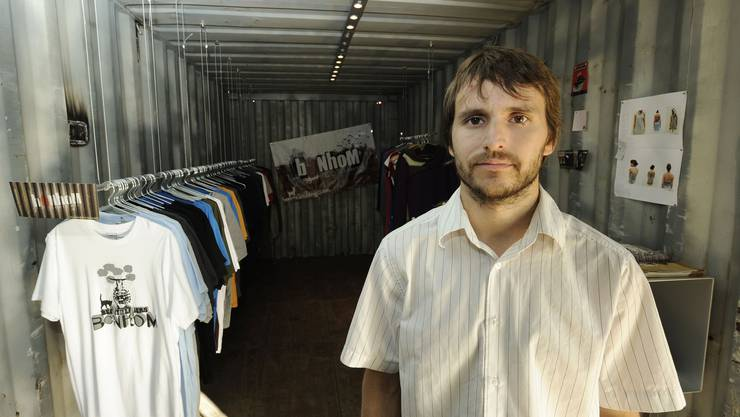 Zufrieden: «Die Geschäfte laufen sehr gut», freut sich Sacha Roche, der die «Young Designers' Mall» auf dem nt-Areal geschaffen hat. (Bild: Kenneth Nars)