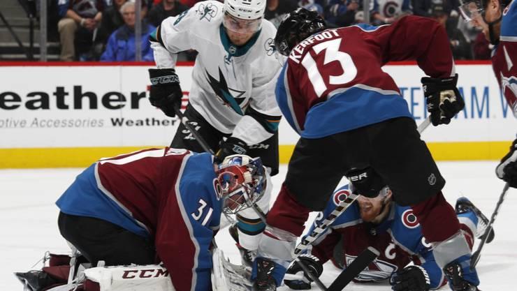 Timo Meier (in weiss) von den San Jose Sharks beschäftigt Colorados Goalie Philipp Grubauer und die gesamte Hintermannschaft der Avalanche.