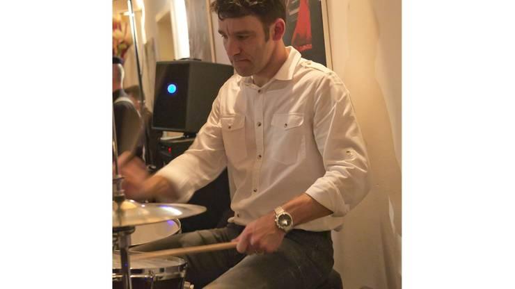 Schlagzeuger Matthias Brenner lässt die Stöcke federn.