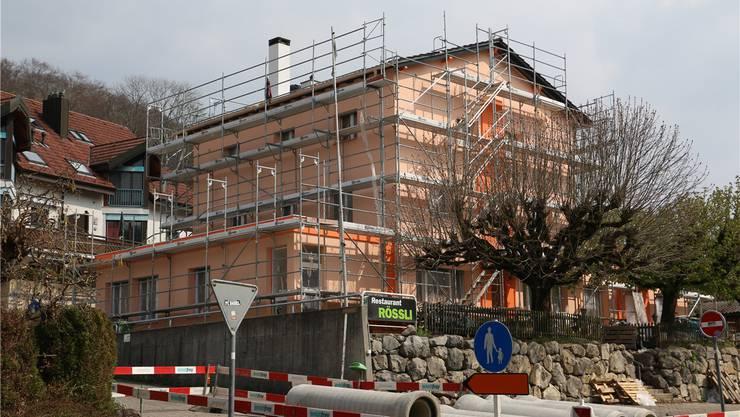 Obermumpf, 13. April: Die Sanierung des Restaurants Rössli dauert an – eröffnet werden soll es nach den Sommerferien. Die Speisekarte soll Spezialitäten aus der Schweiz und vom Balkan enthalten.