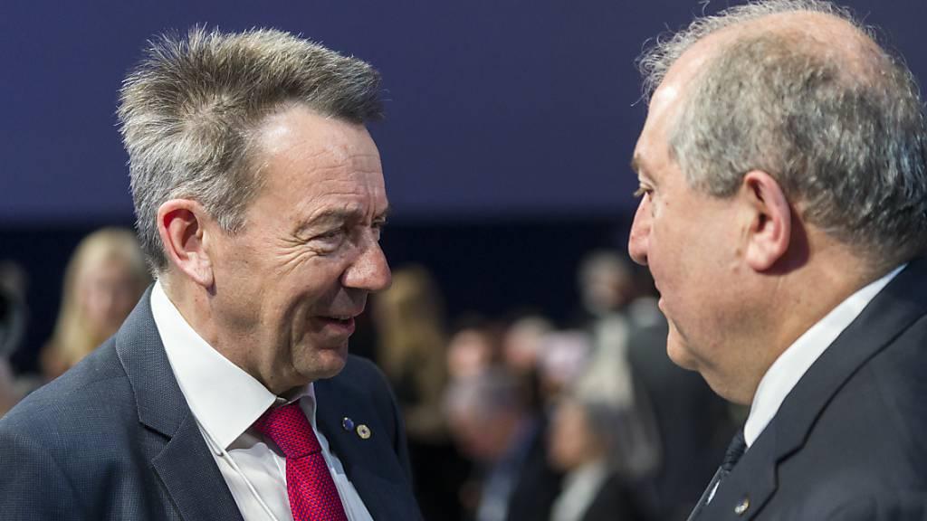 Peter Maurer spricht mit dem armenischen Präsidenten Armen Sarkissian am WEF 2020 in Davos.