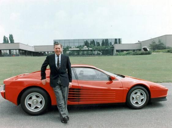 Der italienische Autodesigner Sergio Pininfarina vor einem Ferrari Testarossa.