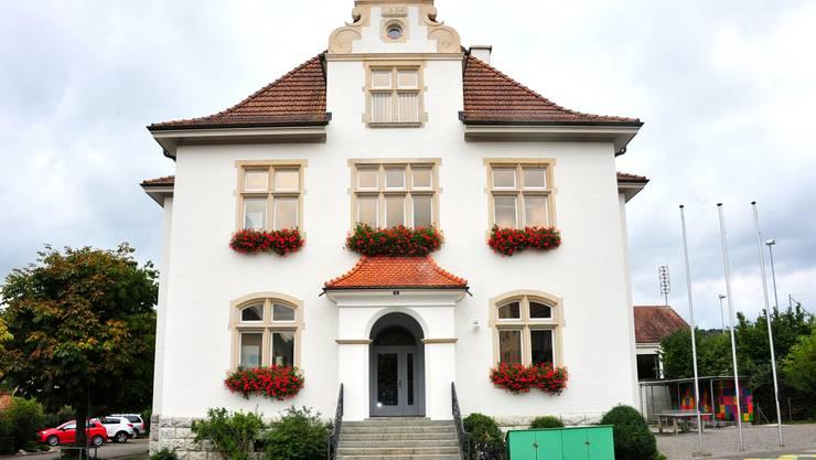 Das Schulhaus präsentiert sich im frischen Gewand. Zusammen mit Gemeindehaus, Kapelle und dem Weissen Wind bildet es das Zentrum der 950-Seelen-Gemeinde Freienwil.