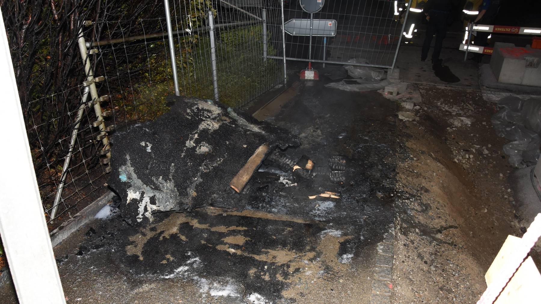 Das Toilettenhäuschen brannte komplett nieder.