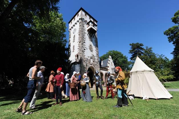 Tipp2: Das Tor gehört zur alten Stadtbefestigung und steht unter Denkmalschutz. Das Tor wurde 1230 erbaut.