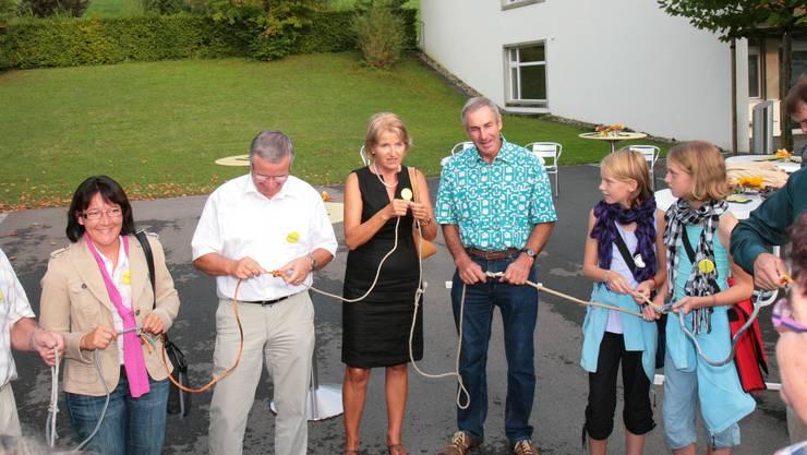 In einem symbolischen Akt knüpften die Vertreter der Gemeinden Seilstücke zu einem Ring. (Bild: Peter Siegrist)