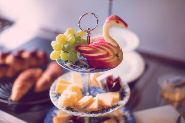 Immer dabei: Eine Etagère mit frischen Früchten und speziellem Käse.