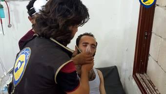 Bilder einer Zivilschutzorganisation aus der syrischen Provinz Idlib sollen Hilfskräfte zeigen, die Opfer eines Giftgasangriffs betreuen.