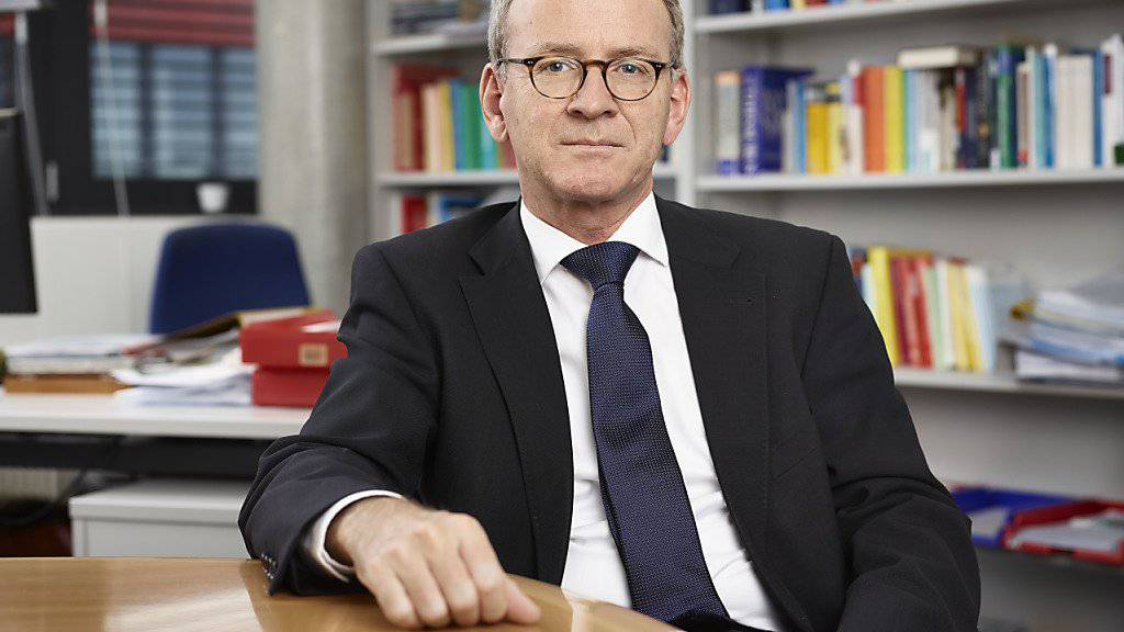 Adrian Lobsiger ist der neue eidgenössische Datenschützer. Er wird sich als erstes mit Fragen zur vierten industriellen Revolution und der Revision des Datenschutzgesetzes auseinandersetzen müssen.