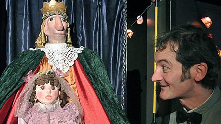 Der Schauspieler Christian Strässle mit dem König von Kartonien und der kleinen Prinzessin.