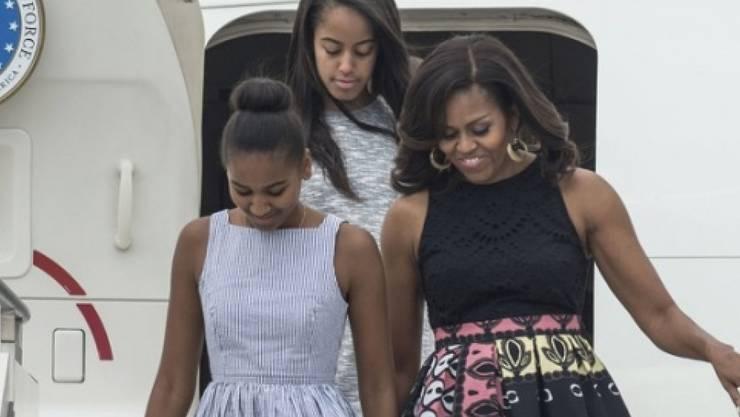 Die First Lady und die first Daughters bei ihrer Ankunft am Mittwoch in Mailand