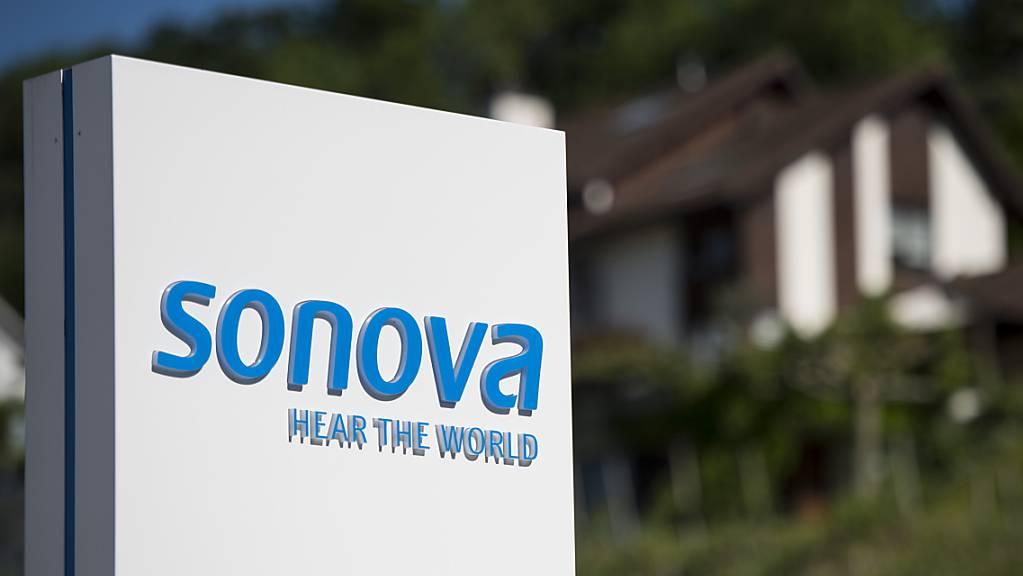 Der Hörgerätehersteller Sonova hat in dem im März beendeten Geschäftsjahr 2020/21 weniger Umsatz erzielt. Doch in der zweiten Jahreshälfte konnte sich die Gruppe vom coronabedingten Rückgang erholen. (Archivbild)