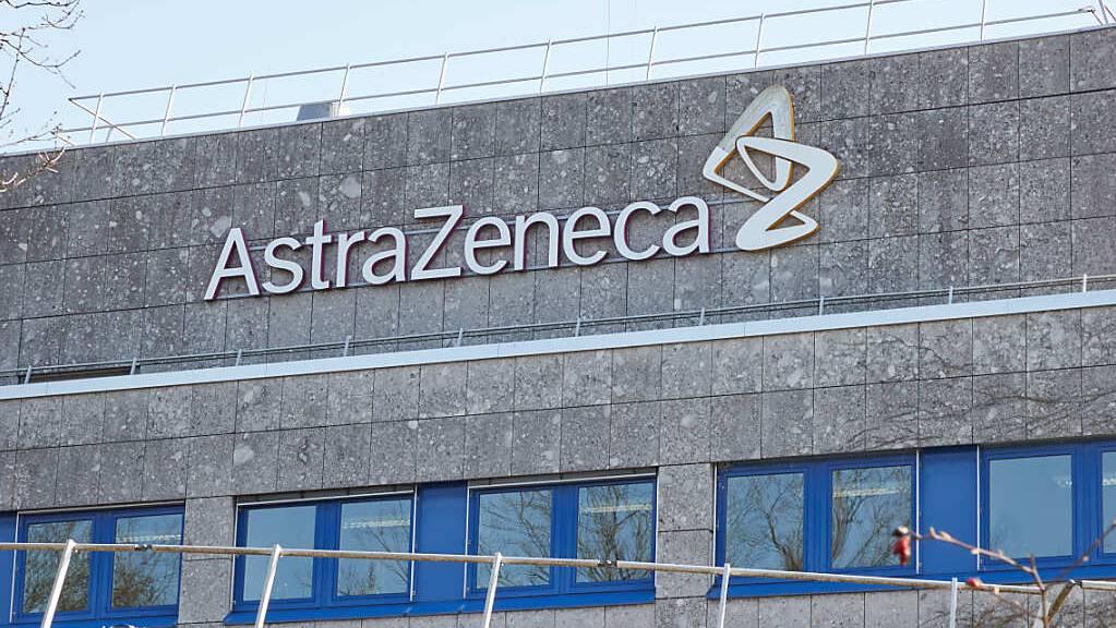 Das Logo am Gebäude des Pharmakonzerns Astrazeneca. Das Unternehmen hat sich nach dem von der EU-Kommission eingeleiteten Verfahren für sein Vorgehen gerechtfertigt. Foto: Georg Wendt/dpa