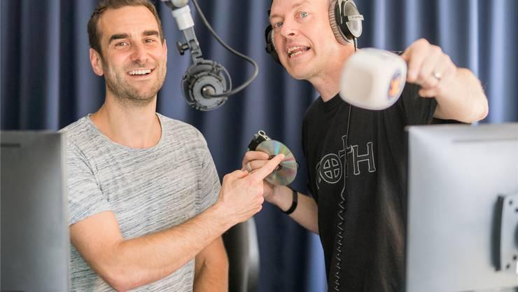 Hauptsache unabhängig: Geschäftsführer Jürg Morgenegg (graues T-Shirt) und Moderator Leo Niessner im Studio.