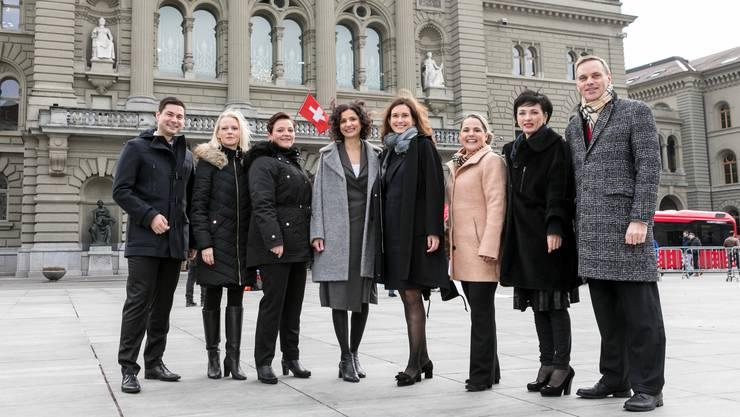 Die neuen Aargauer Nationalrätinnen und Nationalräte vor dem Bundeshaus (v.l.nr.): Benjamin Giezendanner (SVP), Lilian Studer (EVP), Stefanie Heimgartner (SVP), Gabriela Suter (SP), Maja Riniker (FDP), Martina Bircher (SVP), Marianne Binder-Keller (CVP) und Jean-Pierre Gallati (SVP).