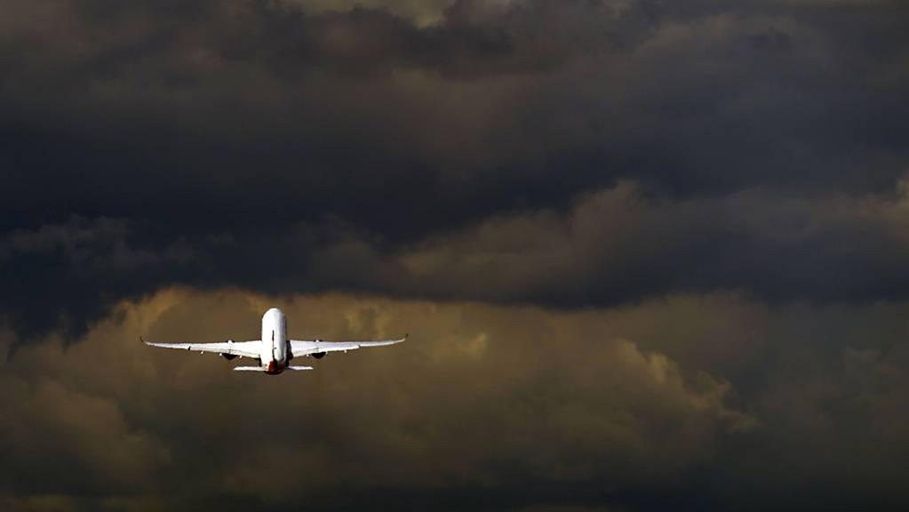 ARCHIV - Nach der erzwungenen Landung eines Ryanair-Flugzeugs in Minsk wollen europäische Fluggesellschaften ihre Flugrouten anpassen. Doch nun sorgten gestrichene Moskau-Flüge für Verwirrung (Symbolbild). Foto: Steve Parsons/PA Wire/dpa