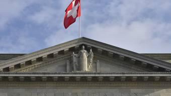 Das Schweizer Volk hat heute Sonntag über drei Vorlagen abgestimmt. Erste Trends zeigen, dass die Selbstbestimmungsinitiative und die Hornkuhinitiative verworfen werden, während das Gesetz über die Sozialdetektive angenommen wird. (Archivbild).