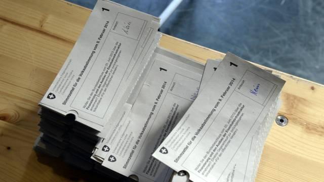 Stimmbürgerinnen und Stimmbürger können zu konkreten politischen Fragen Ja oder Nein sagen.