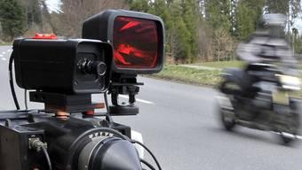 Ein Motorradfahrer wurde in Rümikon mit 155 km/h geblitzt. (Symbolbild)