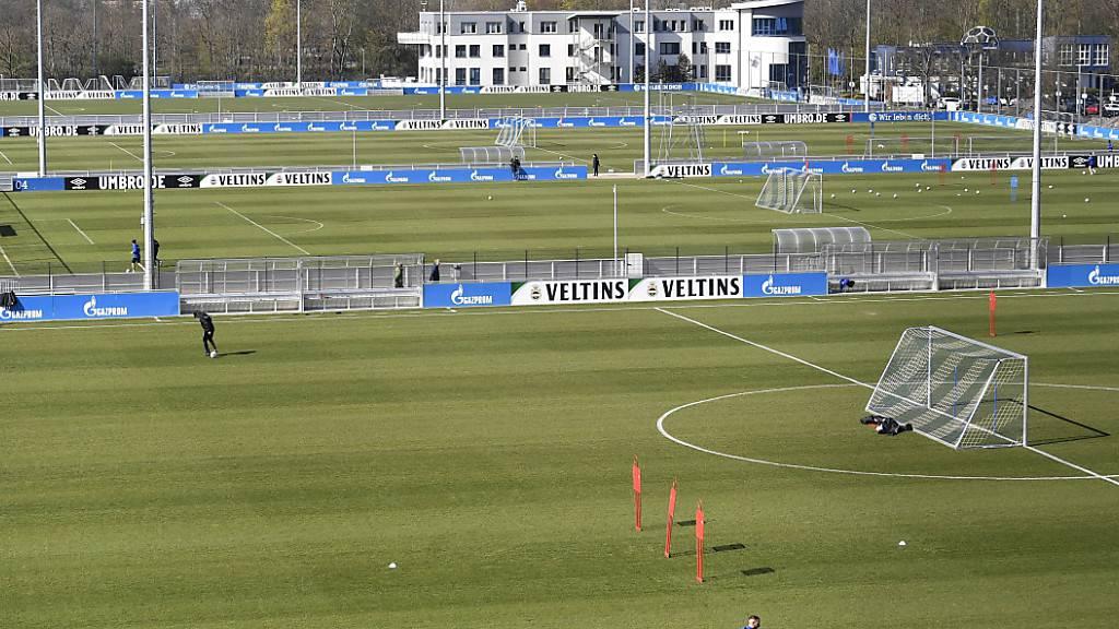 Vier Bundesligisten droht angeblich in Bälde die Zahlungsunfähigkeit. Im Bild das Trainingsgelände von Schalke 04