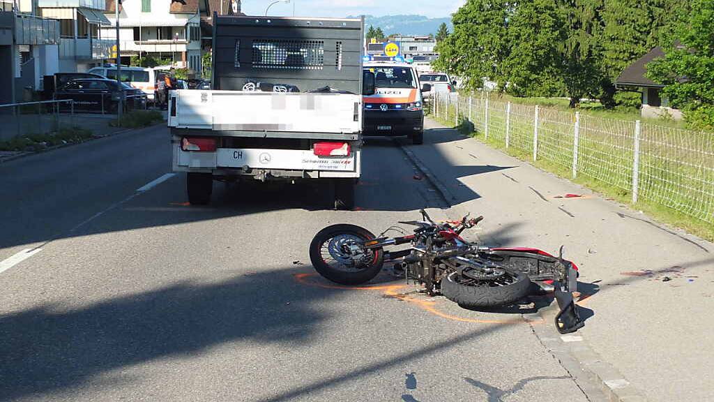 Töfffahrer prallt in Lastwagen und wird unbestimmt verletzt