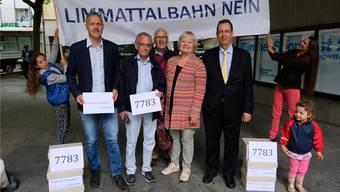 Bei der Einreichung der Initiative «Stoppt die Limmattalbahn – ab Schlieren» sind fünf Komiteemitglieder erschienen. Von links nach rechts: Präsident Bernhard Schmidt (parteilos, Dietikon), Arthur Hess (SVP, Dietikon), Marcel Achermann (SP, Dietikon), Heidemarie Busch (CVP, Schlieren) und Hans-Peter Amrein (SVP, Küsnacht Forch). DEG
