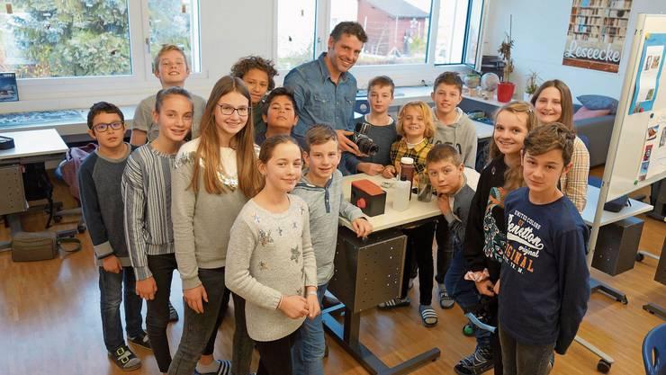 Die Schülerinnen und Schüler von Lehrer und Fotograf Thomas Biasotto waren mit viel Engagement beim Fotografieren und Entwickeln.