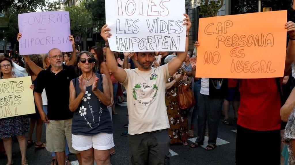Demonstranten fordern am Sonntag in Barcelona die Aufnahme der Flüchtlinge durch die spanische Regierung. (Archivbild)