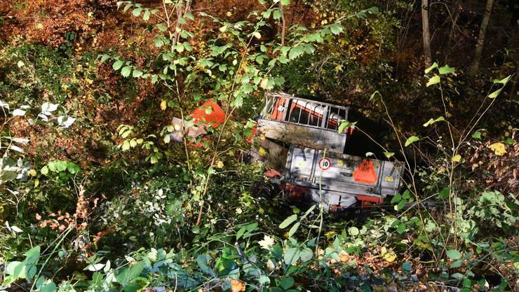 Gemäss jetzigen Erkenntnissen muss das Fahrzeug von der Strasse abgekommen sein, überschlug sich mehrfach und kam rund 30 Meter unterhalb der Strasse
