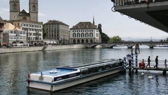 Wegen der Hitzegefahr für das Personal und die Fahrgäste stellt die Zürichsee Schifffahrtsgesellschaft (ZSG) den Schiffverkehr auf der Limmat vorübergehend ein. (Symbolbild)