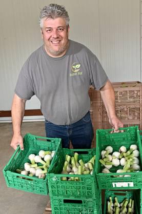 Stolz präsentiert er die erste kleine Ernte dieses Jahres.