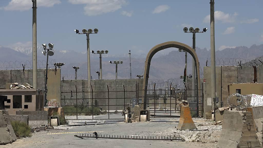 Das Tor des Luftwaffenstützpunktes Bagram. Nach fast 20 Jahren haben US-Soldaten und Koalitionstruppen die Luftwaffenbasis Bagram in Afghanistan verlassen. Foto: Rahmat Gul/AP/dpa