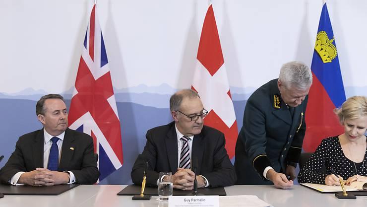 Grossbritannien, die Schweiz und Liechtenstein haben am Montag in Bern ein Handelsabkommen abgeschlossen. Unterzeichnet wurden die Verträge vom britischen Handelsminister Liam Fox, Bundesrat Guy Parmelin und der liechtensteinischen  Aussenministerin Aurelia Frick (v.l.n.r.).