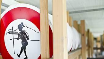 Ein Nacktwanderer-Schild. Seit nunmehr fünf Jahren ist das Nacktwandern im Appenzellerland verboten. (Archivbild)