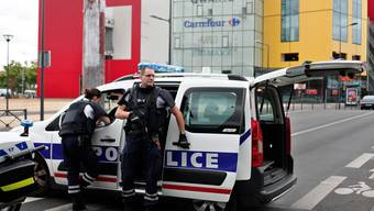 Bewaffnete stürmen Modehaus bei Paris und verschwinden spurlos