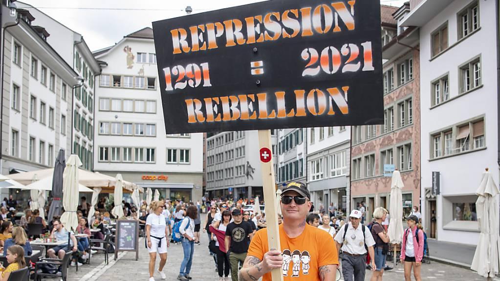 «Rebellion» gegen Corona-Massnahmen: Teilnehmer vor der Demonstration in Luzern.