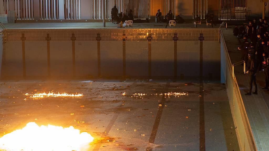 Anti-Regierungsdemonstranten in Hongkong üben das Werfen von Brandsätzen in einem leeren Schwimmbad.