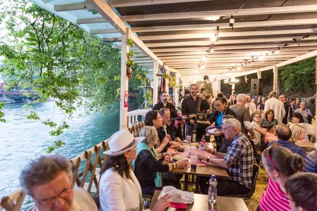 """Beizlitour / Beizenrundgang im Festgebiet """"unten"""". Im Bild: Die serbische Beiz """"KOLO Baden"""" wartet mit Livemusik und einem gemütlichen Platz an der Limmat auf."""