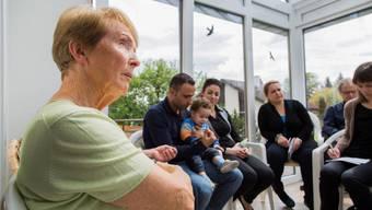 Marie-Theres Kaufmann (links) und ihr Mann haben bei sich zu Hause in Sins eine syrische Familie aufgenommen. Hier in ihrem Wintergarten beim Medientermin vom April.