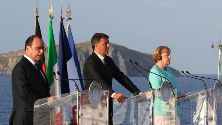 Bei ihrem Treffen auf einem Flugzeugträger im Mittelmeer betonen Hollande, Renzi und Merkel: Wir halten in schwierigen Zeiten zusammen.