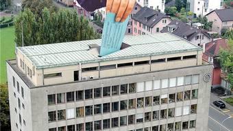 Das Rathaus Wettingen als symbolische Wahlurne. Fotomontage az