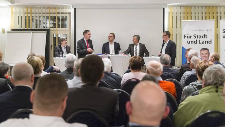 Die Regierungsräte Mario Fehr (SP, natürlich links) und Ernst Stocker (SVP, rechts) haben sich in Dietikon einem lockeren, humorvollen Podium gestellt, das von David Egger, Chefredaktor der Limmattaler Zeitung, moderiert wurde.