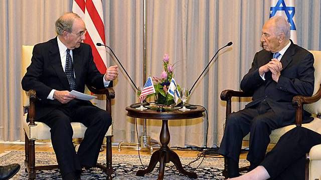 George Mitchell und Shimon Peres