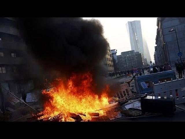 Gewalt und Flammen: Aggressive Stimmung wegen des neuen EZB-Gebäudes in Frankfurt.