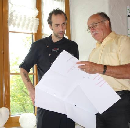 Wirt Gian Riederer und Emil Bosshart, Präsident der Ortsbürgerkommission, besprechen die Baupläne. Dieter Minder