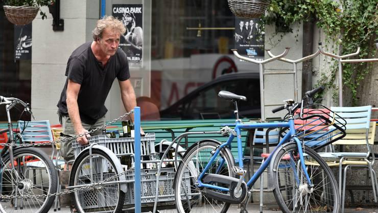 Der Oltner Autor ist fast täglich mit seinem Veloanhänger und mit dem Velo in Olten anzutreffen, wo er vor dem Sälipark leere Flaschen entsorgt und Einkäufe für seine Galicia-Bar tätigt.